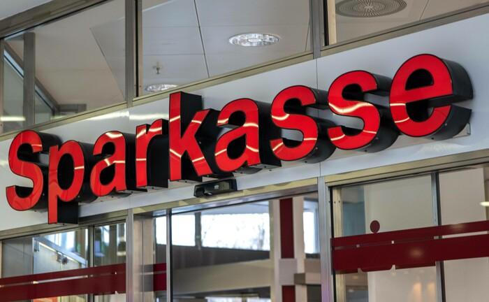 Firmenlogo der Sparkasse an der Fassade einer Filiale: Der erfahrene Treasurer Simon Klein arbeitet seit Juli 2020 für die Kreissparkasse Heilbronn.