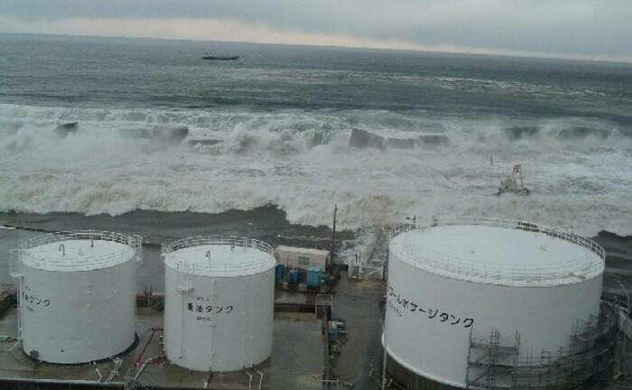 Tsunami-Flutwelle rollt auf Block 1 des japanischen Kernkraftwerks Fukushima zu: Der Nuklearunfall im März 2011 gilt als Schwarzer Schwan. Gegen unerwartete Katastrophen-Ereignisse sieht sich der Fonds Gamma Plus gewappnet.|© imago images / Xinhua