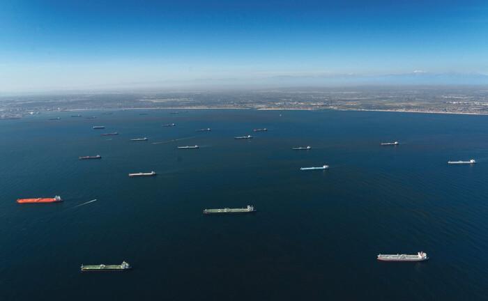 Öltanker parken vor der Küste Süd-Kaliforniens, weil keiner ihre Ladung haben will: Weil der Ölpreis einbrach, geraten Energie-Unternehmen in Zahlungsnot und ihre Anleihen folglich unter Kursdruck.