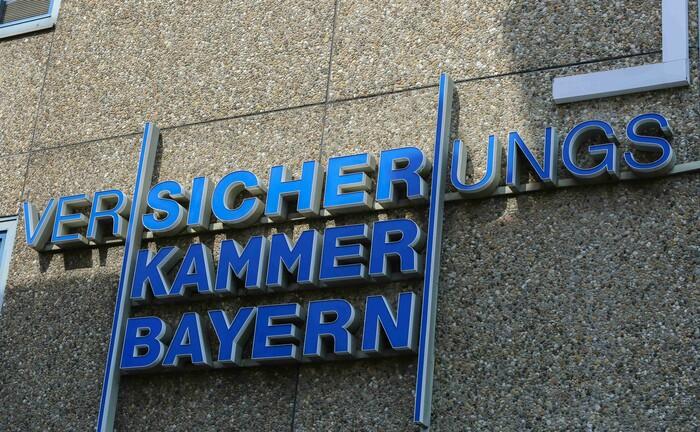 Logo der Versicherungskammer Bayern an einem Gebäude in München: Der Versicherer sucht einen Spezialisten für nachhaltige Anlagen.