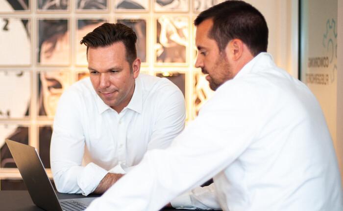Leif Richter (l.) und Kai Dietrich wagen den Schritt in die Selbstständigkeit: Mit ihrem digitalen und technikaffinen Angebot wollen sie raus aus den alten Vermögensverwaltungsstukturen.