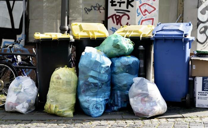 Gelbe Tonnen für Verpackungsmüll und Blaue Tonnen für Altpapier warten auf die Abholung: Mit Hilfe eines von der ECBF Management GmbH beratenen Fonds will die Europäische Union Unternehmen der biobasierten Kreislaufwirtschaft unterstützen.