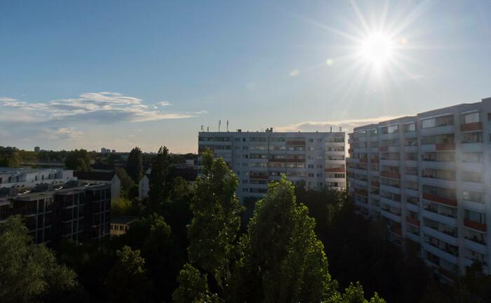 Berliner Skyline: Der börsennotierte Immobilienvermieter Deutsche Wohnen besitzt 161.500 Wohneinheiten mit einer Fläche von fast zehn Millionen Quadratmetern, darunter Großwohnsiedlungen in Berlin. |© imago images / Christian Spicker