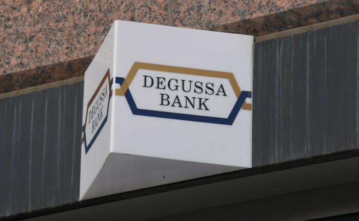 Logo an einer Degussa-Filiale in Köln: Die Warburg-Eigner Christian Olearius und Max Warburg wollen gerüchtehalber ihren Anteile veräußern.|© imago images / Horst Galuschka