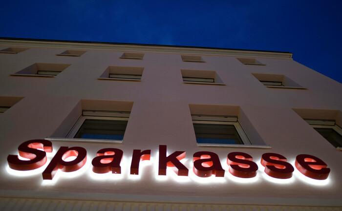 Sparkassen-Schriftzug an einem Gebäude: Die Sparkassen Pensionskasse hat finanzielle Probleme und muss durch ihre Eigentümer gestützt werden.