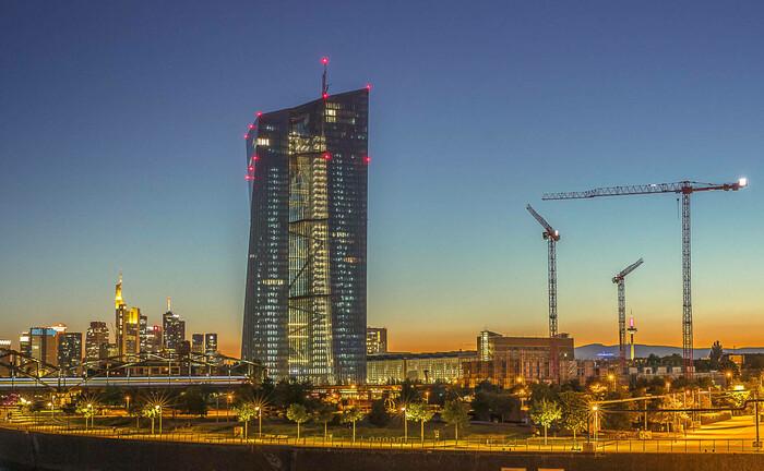 Frankfurt am Main bei Nacht: Das Areal nahe dem Sitz der Europäischen Zentralbank im Stadtteil Ostend ist eine Großbaustelle.
