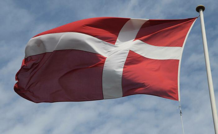 Eine dänische Flagge weht im Wind. Der Pensionsfonds Pensam hat der Fondsgesellschaft Nordea Asset Management ein Anlagemandat übertragen. |© imago images / Dean Pictures