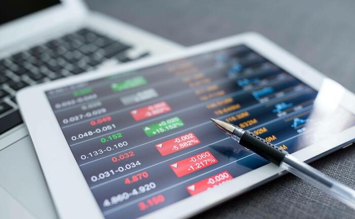 Tabletanzeige mit roten Börsenzahlen: Für digitale Vermögensverwalter war der Corona-Crash im März 2020 ein echter Härtetest, den die Anbieter ganz unterschiedlich bewältigt haben.