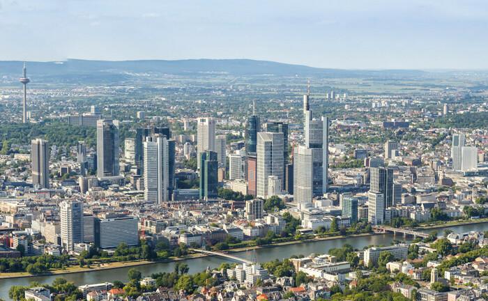 Luftbild der Frankfurter Banktürme: Vor Ort erweitert J.P. Morgan sein Deutschlandteam mit zwei Private Bankerinnen.