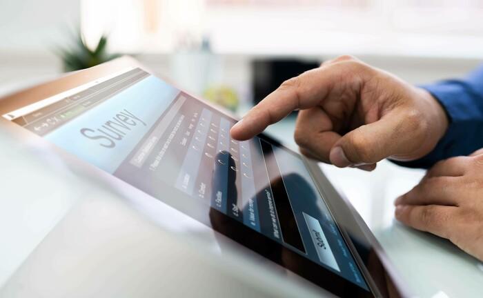 Umfrageteilnahme per Tablet: Mehr als 1.000 Anleger bewerten ihre Robo-Advisors.