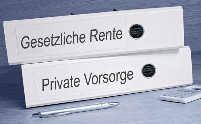 Im Rentenalter beziehen viele Deutsche gleichzeitig Geld aus der gesetzlichen Rente und Zusatzrenten.