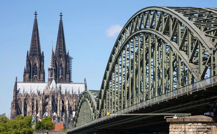 Der Kölner Dom mit der Hohenzollernbrücke im Vordergrund: Bei der Pensionskasse Deutscher Eisenbahnen und Straßenbahnen mit Sitz in Köln gibt es ein neues Vorstandsmitglied.