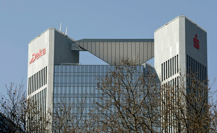 Hochhaus der Dekabank im Bankenviertel von Frankfurt am Main. Das Wertpapierhaus der Sparkassen hat drei neue Rentenfonds entwickelt. |© imago images / Reiner Zensen