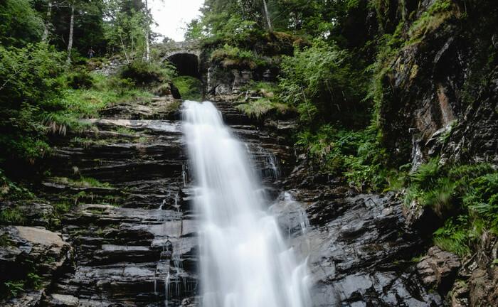 Wasserfall im französischen Haute-Garonne führt klares Wasser: Saubere Investments im Sinne der Nachhaltigkeit sind auch in der Vermögensverwaltung für die Private-Banking-Klientel auf dem Vormarsch.