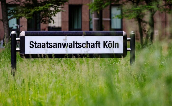 Eingang zur Staatsanwaltschaft Köln am Justizzentrum: Die Behörde durchsuchte gestern Büros des Bankenverbands nach Beweisen gegen beschuldigte Dritte, die in Cum-Ex-Geschäften verwickelt sind.|© imago images / Future Image