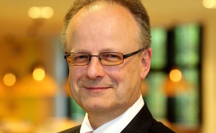 Hartwig Webersinke, Professor und Dekan der Wirtschafts- und Rechtsfakultät der Hochschule Aschaffenburg: Unter seiner Leitung befragt das Institut für Vermögensverwaltung jährlich die VV-Branche