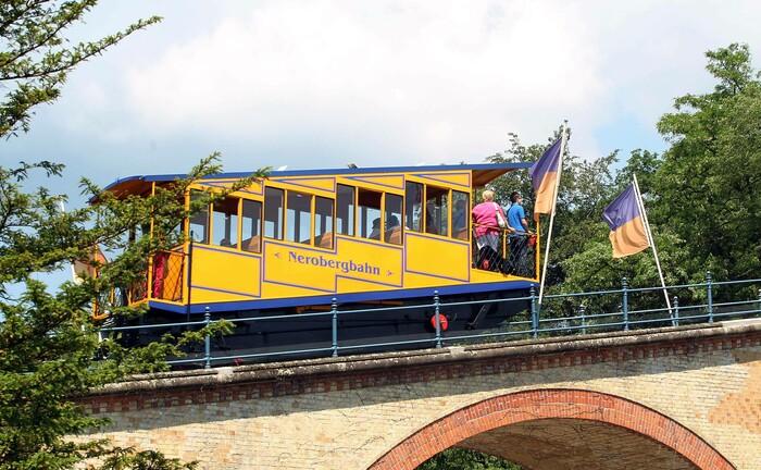Die Nerobergbahn, ein Wahrzeichen von Wiesbaden, auf dem Weg nach oben. In der hessischen Landeshauptstadt ist die Willis Towers Watson Pensonsfonds AG angesiedelt.|© imago images / Jan Huebner