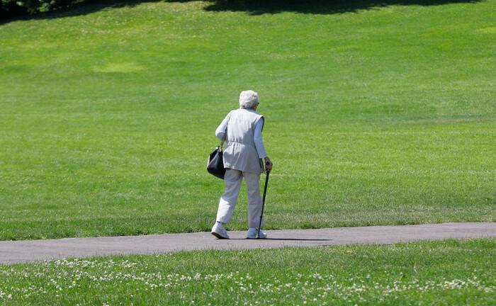 Eine Rentnerin geht im Park spazieren. Arbeitgeber, die ihre Betriebsrenten über eine Zusatzversorgungseinrichtung des öffentlichen Dienstes organisieren, sind von der neuen Beitragspflicht zum Pensions-Sicherungs-Verein ausgeschlossen.