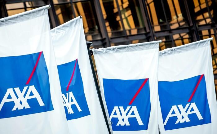 Fahnen mit dem Markenzeichen der Axa-Gruppe: Am Standort Köln sucht Axa einen Spezialisten für Asset-Liability-Management. |© imago images / Reporters