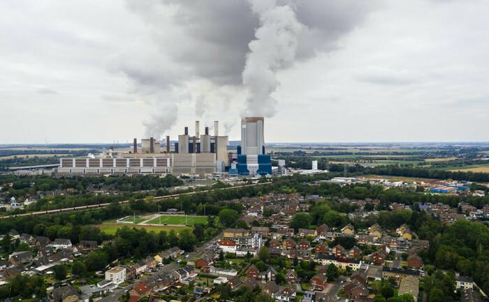 Braunkohlekraftwerk in Bergheim-Niederaußem: Im rheinischen RWE-Kraftwerk Niederaußem beginnt Ende 2020 der Kohleausstieg in Deutschland. Anleger sollten solche Entwicklungen beim Bestücken ihrer Portfolios berücksichtigen.|© imago images / Future Image