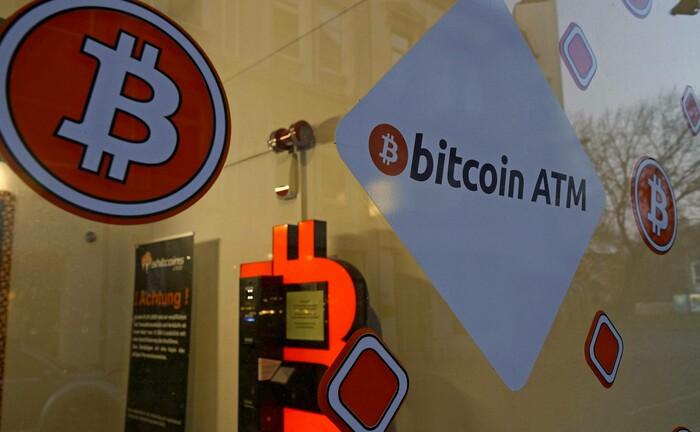 Bitcoin-Laden der polnischen Firma Shitcoins am Rande der Bremer Innenstadt: Im Geschäft können Kunden an Automaten Euros in Internetwährung umtauschen. Für professionelle Anleger sind sichere Wege für Handel und Verwahrung gefragt.
