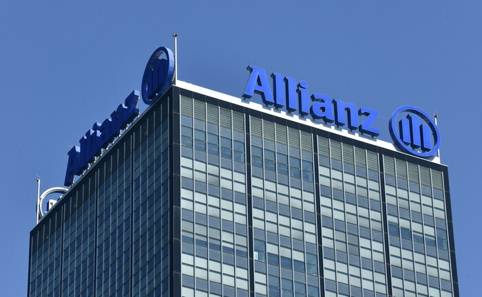 Schriftzug der Allianz an einem Bürohaus: Presseunternehmen können ihre betriebliche Altersversorgung künftig nicht mehr über die von der Allianz getragenen Presse-Pensionskasse organisieren.