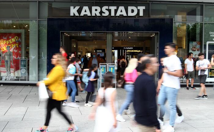 Shopping auf der Frankfurter Zeil: Europas Wirtschaft erholt sich – trotz vielerorts wieder steigender Infektionszahlen. |© imago images / Ralph Peters