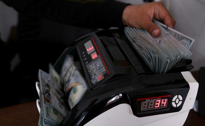 Banknotenzähler mit US-Dollar-Noten: Auch in der Corona-Krise suchen Unternehmen Experten im Bereich Treasury.