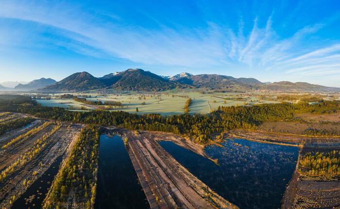 Renaturiertes Moor im bayerischen Raubling: Eine neue Investmentgesellschaft will Natur- und Klimaschutzprojekte im Fonds-Mantel anbieten. |© imago images / Westend61