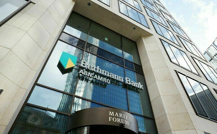 Eingang Bethmann-Hauptsitz im Marienforum in Frankfurt: Die Privatbank kommt bei Teilen ihren ehrgeizigen Zielen kaum voran.