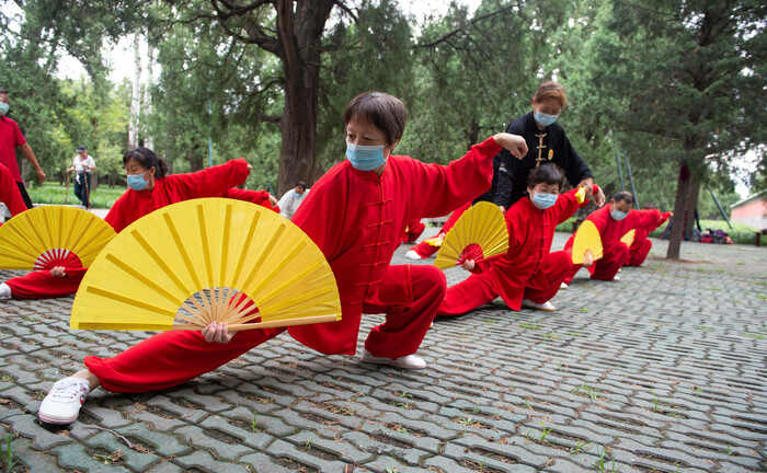 Chinesische Rentner bei Tai Chi-Übungen: Aufgrund der Alterung seiner 1,4 Milliarden Einwohner hat China einen wachsenden Bedarf an Gesundheitsversorgung.|© imago images / Xinhua