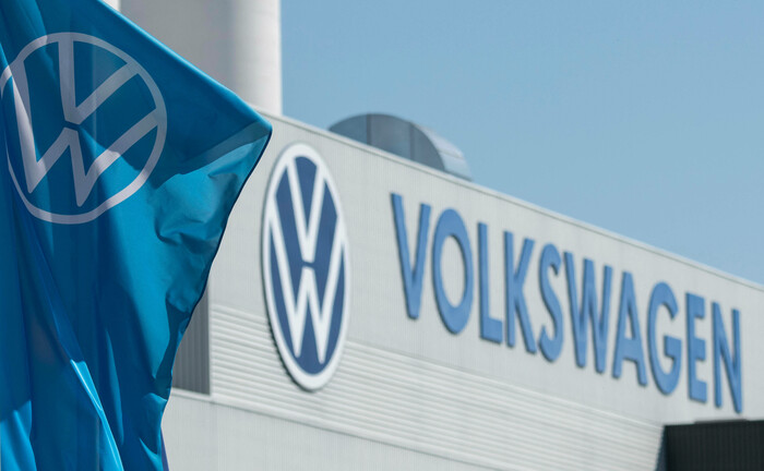 Fahnen mit dem Firmenlogo wehen vor dem Volkswagen-Werk in Mosel bei Zwickau: Die Kirchliche Zusatzversorgungskasse des Verbandes der Diözesen Deutschlands kündigt ihre Kooperation mit VW auf.