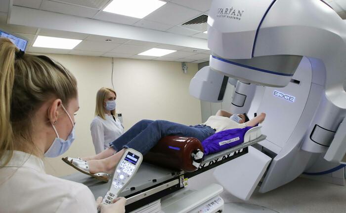 Test eines Geräts zur Strahlentherapie gegen Krebs