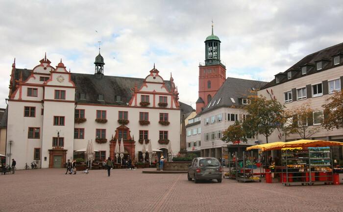 Marktplatz mit Ratskeller in der Innenstadt von Darmstadt: Die örtliche Sparkasse sucht derzeit einen Berater Private Banking.|© imago images / Ralph Peters