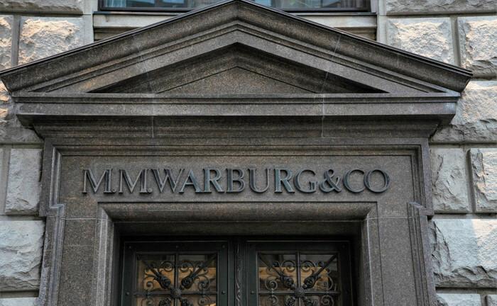 Schriftzug über dem Eingang der M.M. Warburg & CO: Die Hamburger Privatbank erhöht ihre Forderungen gegenüber de Deutschen Bank. Hintergrund des Vorgehens sollen neue Steuerbescheide der Stadt Hamburg in Sachen Cum-Ex sein.|© imago images / Chris Emil Janßen
