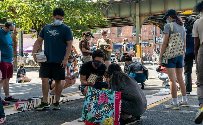 Straßenverkauf von gebrauchten Büchern in New York: Drei Viertel aller derzeit sparwilligen US-Amerikaner planen, in den kommenden sechs Monaten ihre Ausgaben weiterhin niedrig zu halten.|© imago images / Levine-Roberts