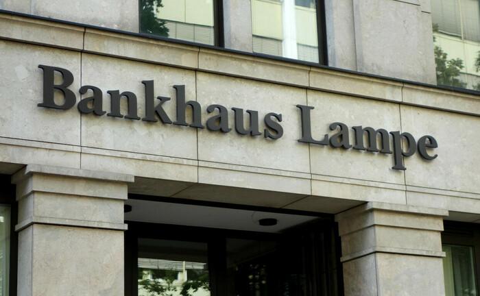 Schriftzug des Bankhaus Lampe an der Berliner Niederlassung: An den Standorten in Bielefeld und Frankfurt hat die Privatbank selbst genutzte Immobilien an Oetker verkauft, um für das Geschäftsjahr 2019 ein besseres Ergebnis zu erzielen.