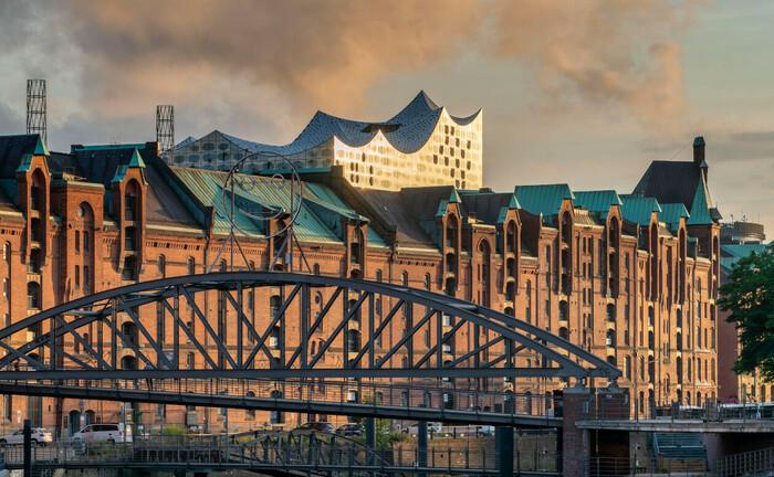 Speicherstadt Hamburg mit Elbphilharmonie im Hintergrund: Ein ortansässiges Single Family Office sucht aktuell einen Leiter Family Office.