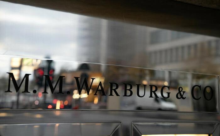 Warburg-Schriftzug am Eingang der Hamburger Zentrale: Die Privatbank sucht am Standort Berlin einen Privatkundenbetreuer Private Banking.