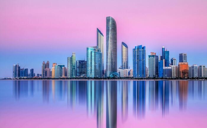 Skyline von Abu Dhabi: Eine erstklassige Infrastruktur, die günstige Lage zwischen Ost und West und steuerliche Vorteile dürften die Position der VAE als internationales Drehkreuz weiterhin unterstützen.