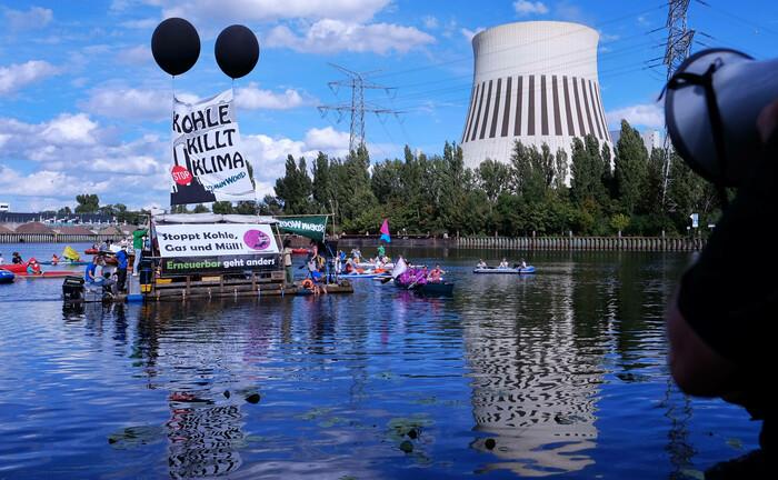 Demonstranten fordern vor dem Heizkraftwerk Reuter West in Berlin den sofortigen Kohleausstieg: Eine Textilfirma, die die Ressourcen nicht schont, wird relativ zu Kohlekraftwerken stets einen geringen CO2-Ausstoß vorweisen.