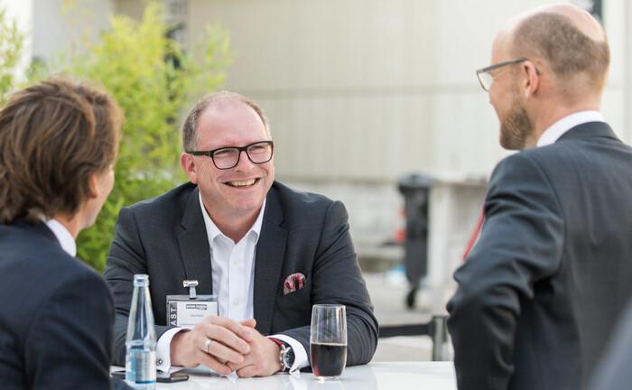 Jörg Mättig (Mitte), Direktor Private Banking der Ostsächsischen Sparkasse Dresden
