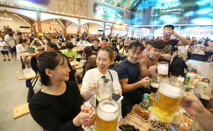 Auftakt zum 30. Internationalen Bierfestival im chinesischen Quingdao (Juli/August 2020): In China sind Industrieproduktion und verarbeitendes Gewerbe bereits auf das Niveau vor dem Pandemieausbruch zurückgekehrt.