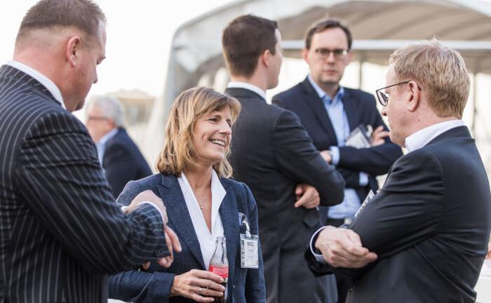 Anja Franck von Pardus Capital im Gespräch mit Sven Hoppenhöft (r.) von der Beratungsgesellschaft Pro Boutiquenfonds: Austausch und Netzwerken standen beim 21. private banking kongress in Hamburg endlich wieder im Vordergrund.