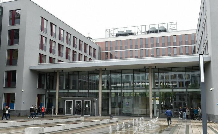 Eingangsbereich des Landgerichts Wiesbaden: Im Gebäude wird ab 20. Oktober die Anklage der Generalstaatsanwaltschaft Frankfurt gegen Steuerexperte Hanno Berger verhandelt. Der Vorwurf lautet schwere Steuerhinterziehung im Zuge des Cum-Ex-Skandals.