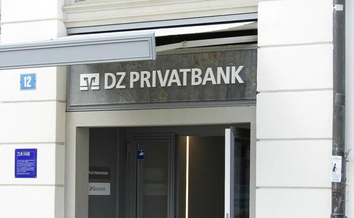 Schriftzug der DZ Privatbank: Die Privatbank des genossenschaftlichen Sektors verzeichnet deutschlandweit personelle Änderungen im Private Banking und Wealth Management.|© imago images / Geisser