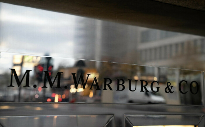 Warburg-Schriftzug am Eingang der Hamburger Zentrale: Die Privatbank muss Abgänge von Private-Banking-Mitarbeitern in Hamburg und Bremen hinnehmen.