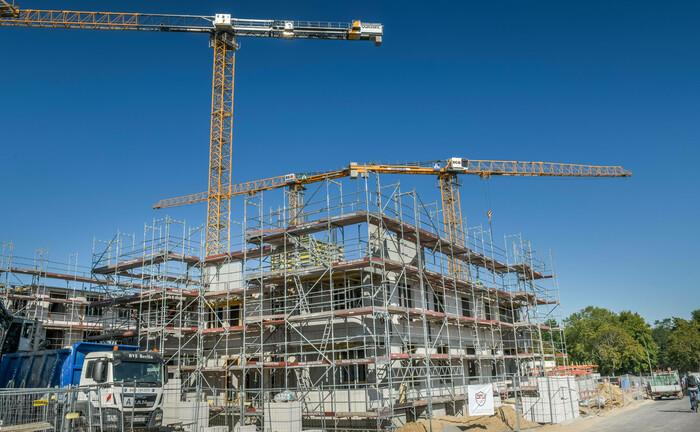 Baustelle für Mehrfamilienhäuser in Berlin: Die auf die Finanzierung von Projektentwicklungen für Wohnimmobilien spezialisierte Agora Group stellt sich neu auf.