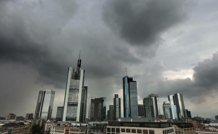 Gewitterfront über dem Bankenviertel von Frankfurt: Immer mehr deutsche Banken führen Minuszinsen für Einlagen auf Sparkonten ein.