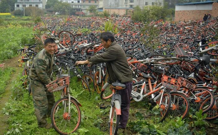 Fahrradfriedhof in Zentralchina: Bike-Sharing ist als zirkuläre Wirtschaftsidee im Reich der Mitte gescheitert; in den Megastädten landen die Räder häufig auf wilden Müllkippen.|© imago images / VCG